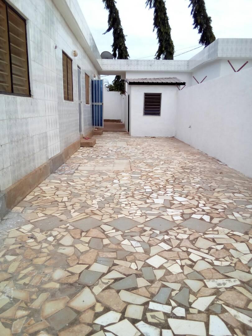Chambre salon à louer , agoe                         (Camp GP à coté de l'école le Bruyère)                     , Lome : 150 000 FCFA/mois