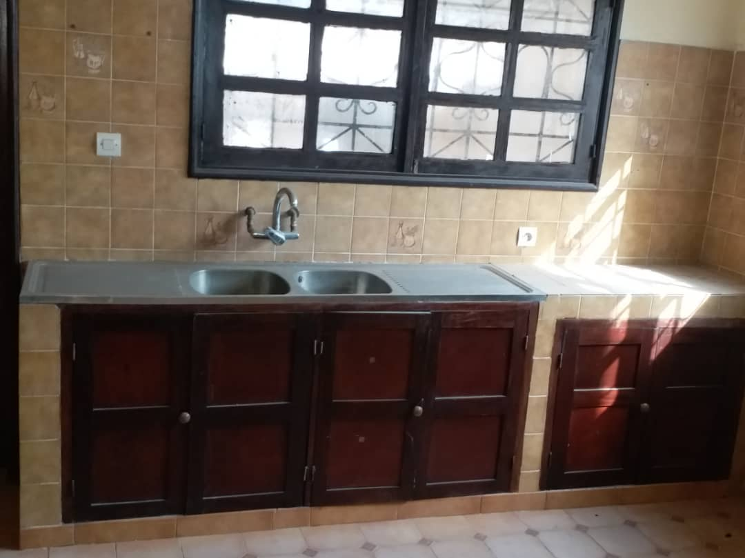 Villa à vendre , avepozo                         (Cité des amoureux à 200 m du goudron)                     , Lome : 250 000  000 FCFA
