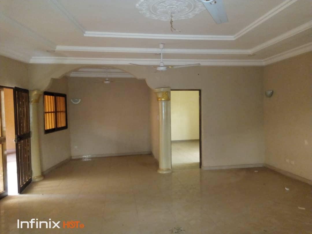 Villa à louer , agoe assiyeye                         (Non loin de l'église des Assemblées de Dieu)                     , Lome : 400 000 FCFA/mois