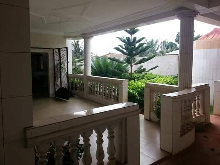 Villa à vendre , agoe                         (Camp fir non loin de la station Oando)                     , Lome : 70 000  000 FCFA