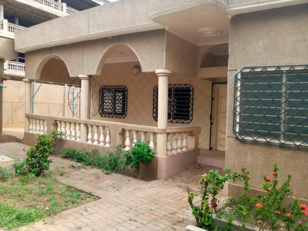 N° 5070 :                         Villa à vendre , Sito aeroport, Lome, Togo : 100 000  000 XOF/vie
