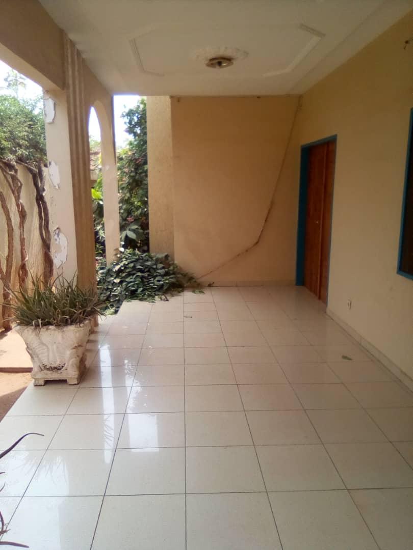 Villa à vendre , wonyome                         (A 250 m du goudron)                     , Lome : 100 000  000 FCFA