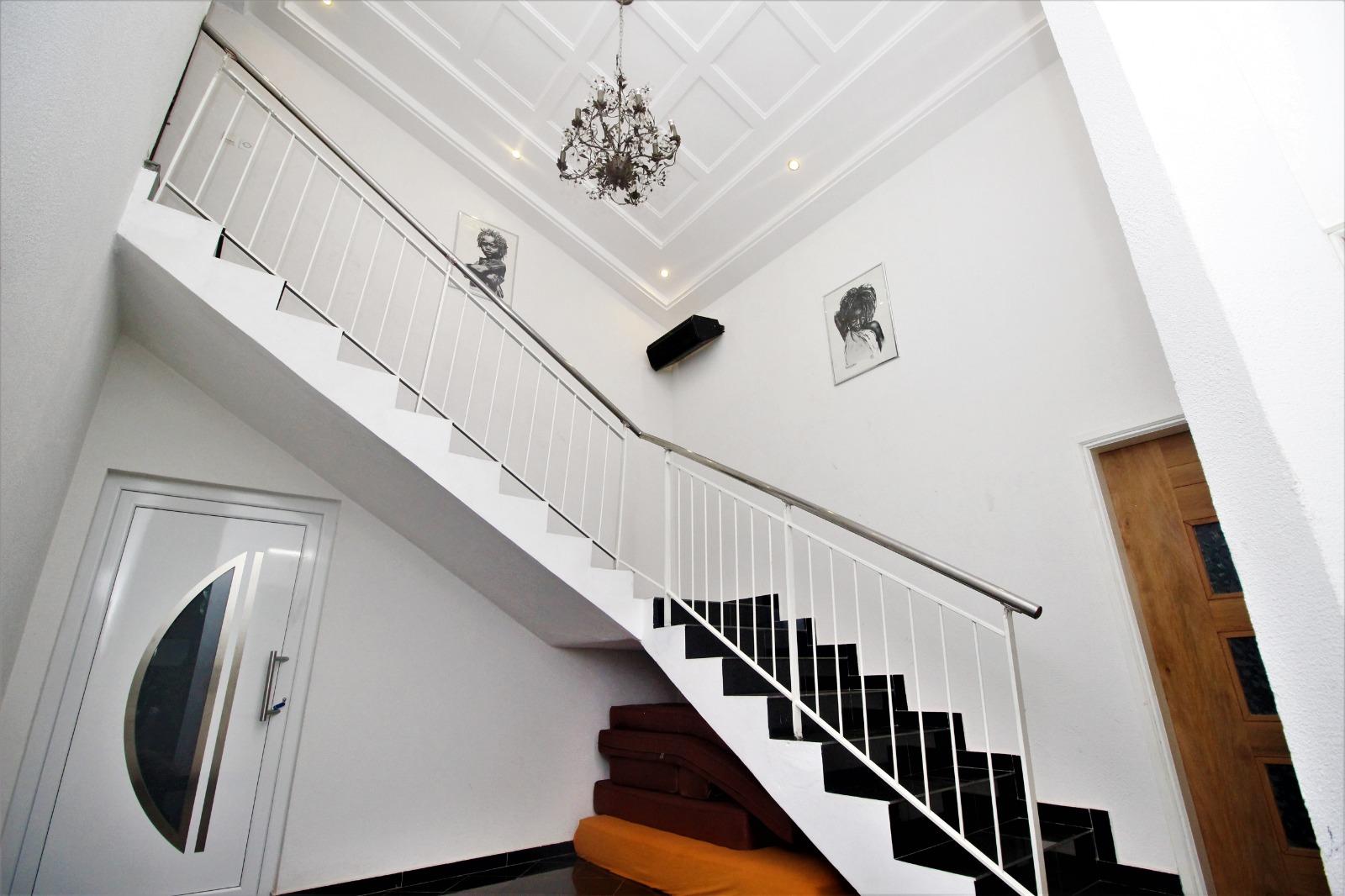 Villa meublée à louer , adidogome                         (Non loin de ZIONTO)                     , Lome : 2 500  000 FCFA/mois