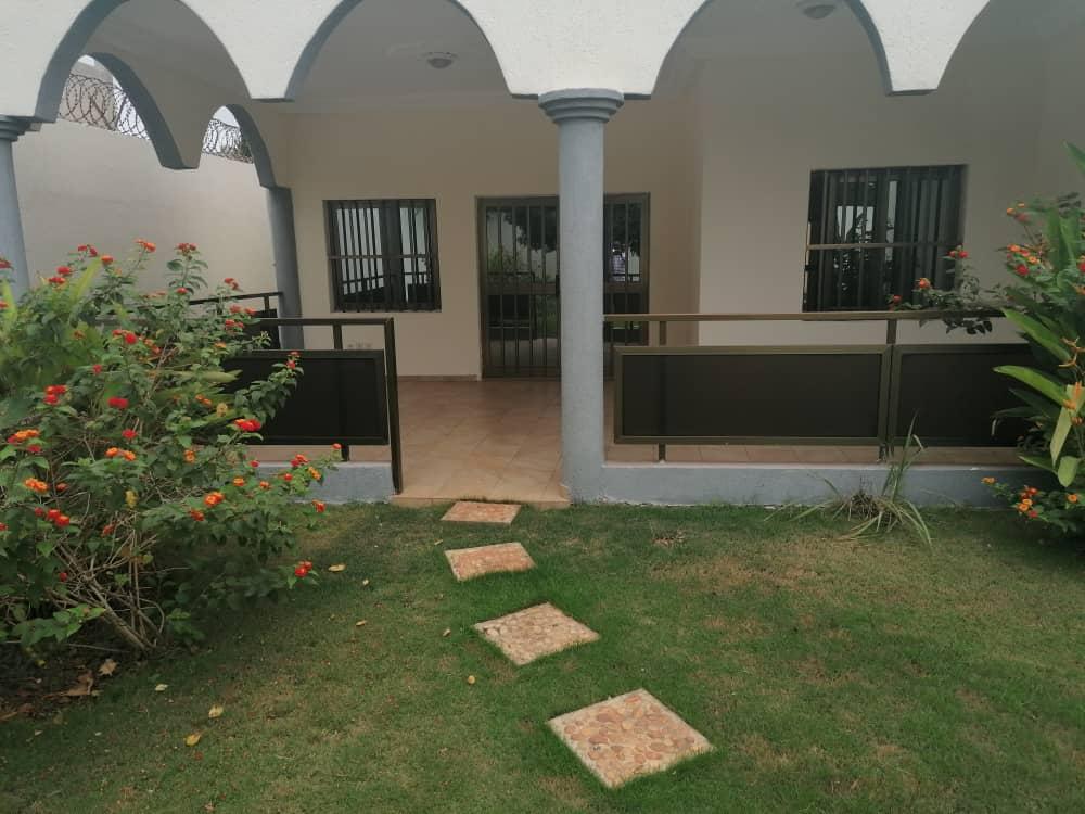 N° 4993 :                             Villa à louer , Caisse , Lome, Togo : 2 000  000 XOF/mois