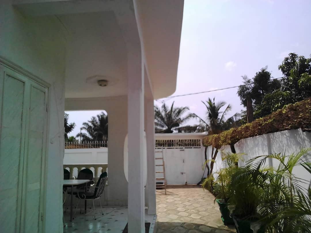 Villa à vendre , adidogome                         (Non loin de l'église catholique)                     , Lome : 120 000  000 FCFA