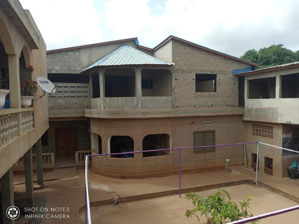 Villa à louer , agoe cacaveli                         (Non loin du marché à 30m du goudron)                     , Lome : 500 000 FCFA/mois