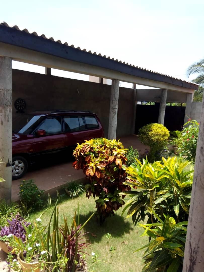 Villa à vendre , hedzranawoe                         (Au bord du goudron)                     , Lome : 100 000  000 FCFA