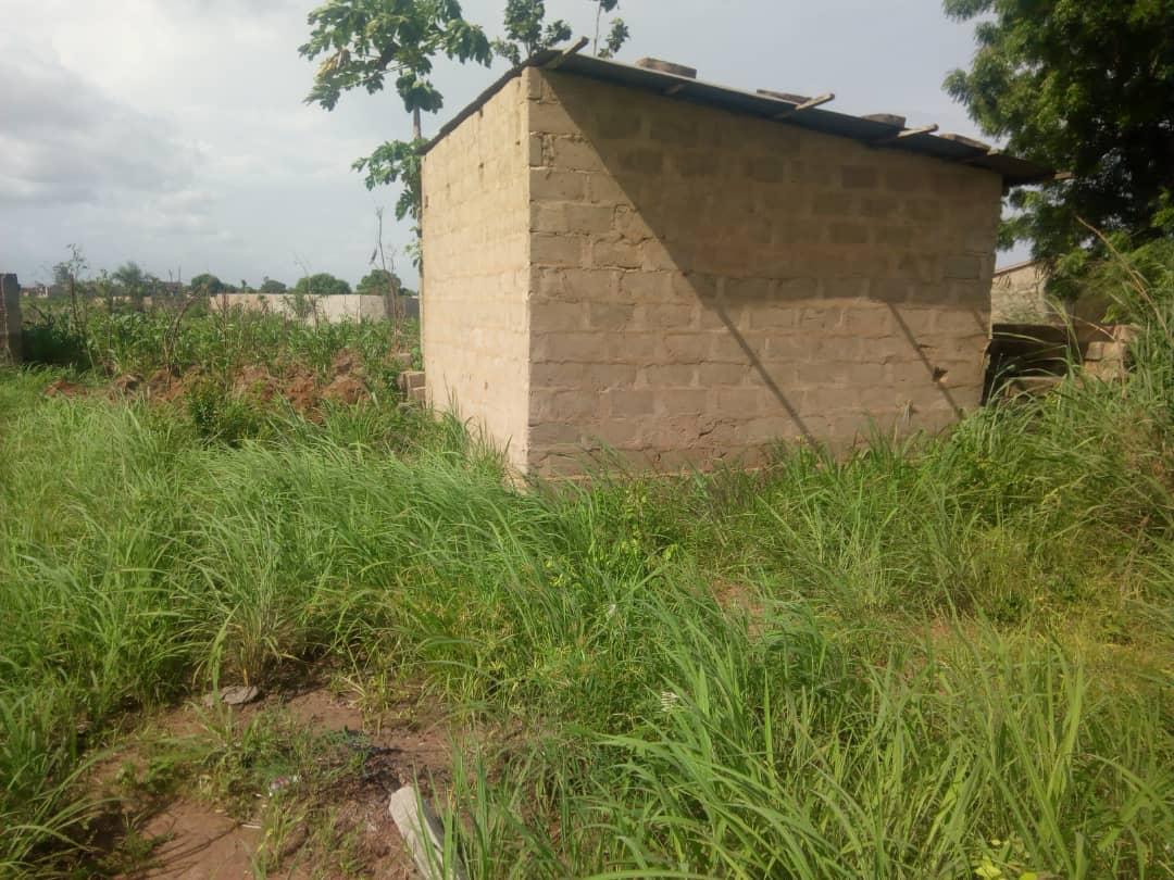 Terrain à vendre , kleme agokpanou                         (Non loin de l'église évangélique la gloire de Dieu)                     , Lome : 7 000  000 FCFA