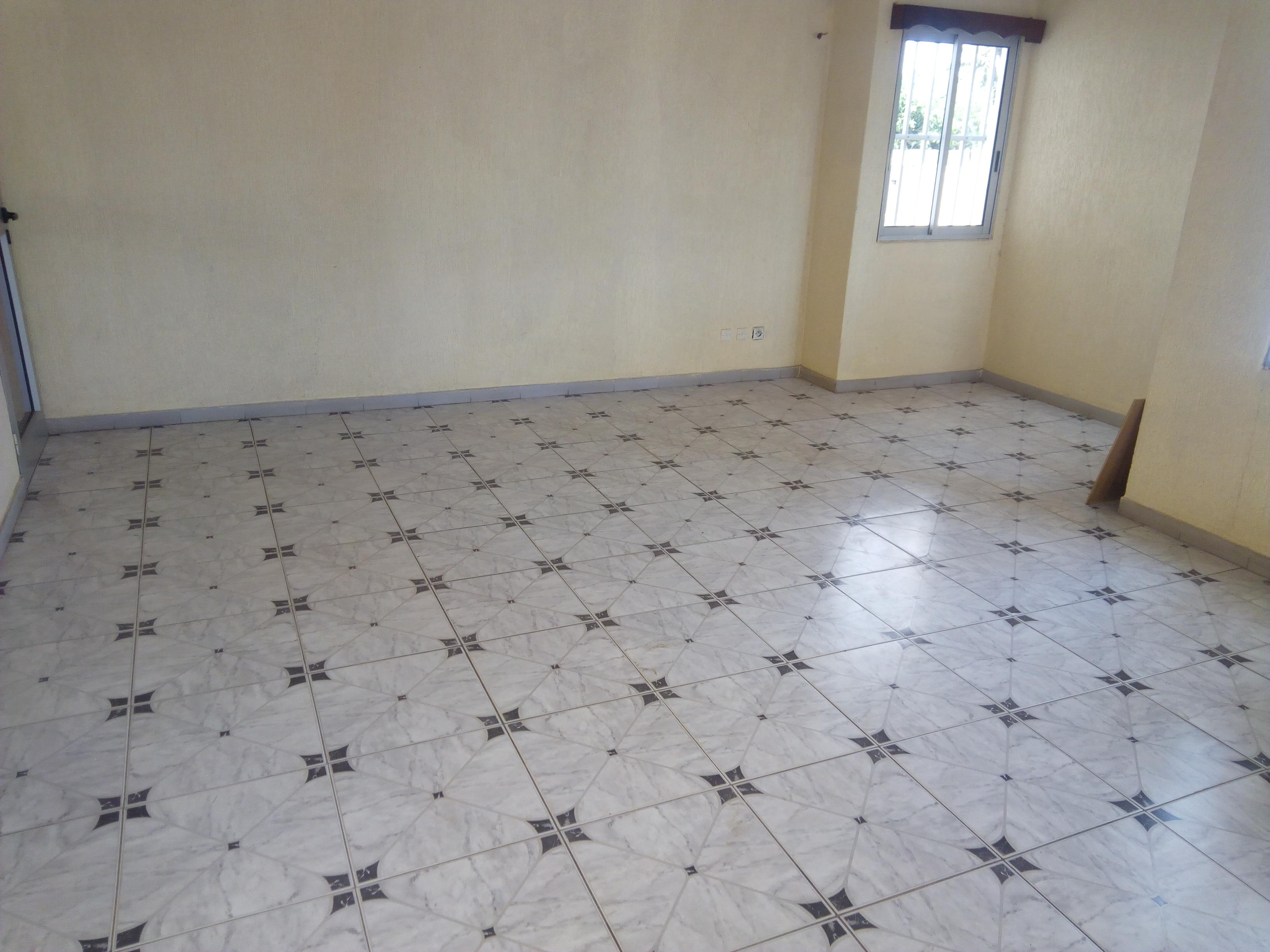 Appartement à louer , avenou                         (A côté de Total au bord du goudron)                     , Lome : 100 000 FCFA/mois