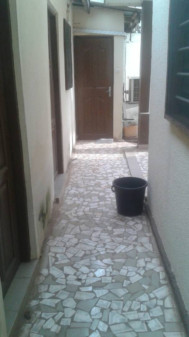 Villa à louer , totsi                         (Totsi à 30m du goudron)                     , Lome : 100 000 FCFA/mois
